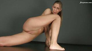 Zina Nehuschova – super flexible blonde babe in arms