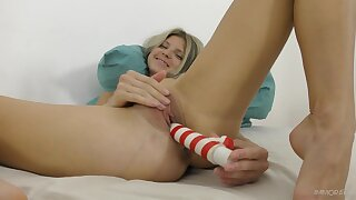 Solo girl toys her fragile pussy in addictive XXX action