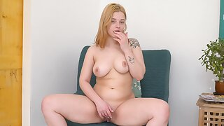 Solo babe Bianca Belle enjoys fingering her pussy essentially the sofa